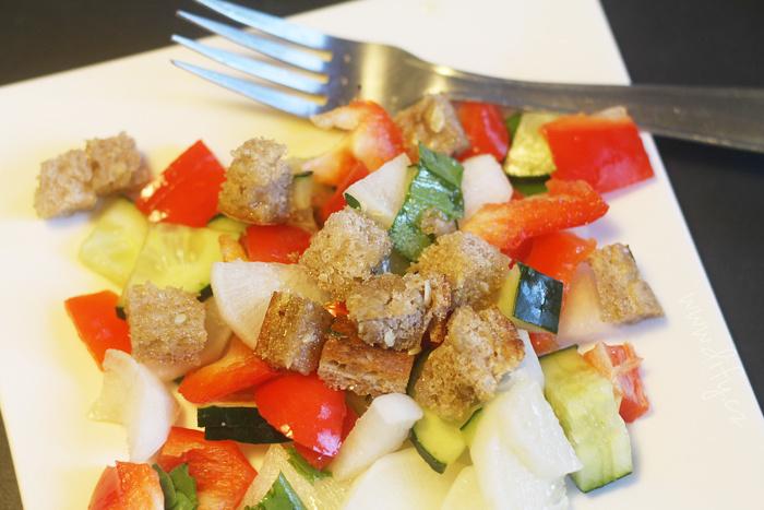 Zeleninový salát s bylinkovými krutony