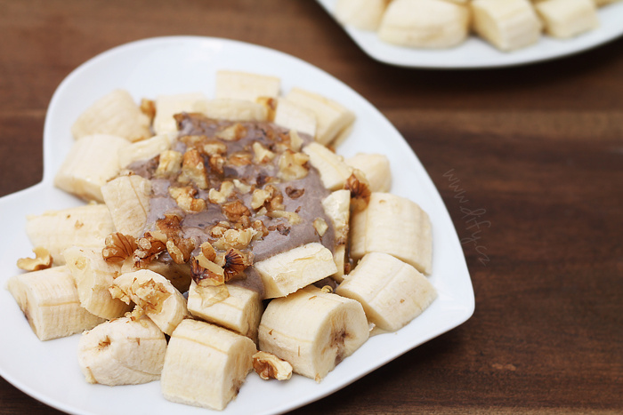 Banánový talířek s karobovým tvarohem a ořechy
