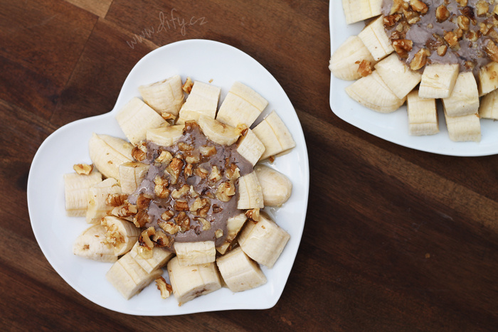 Banán s karobovým tvarohem, ořechy a medem