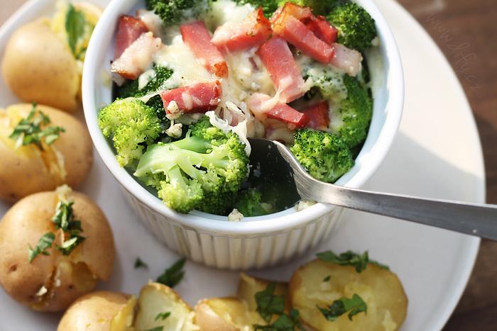 Sýrová zapečená brokolice se slaninou