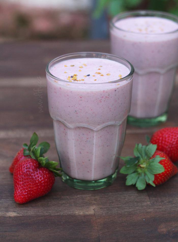 Mléčné jahodovo sezamové smoothie s vanilkou