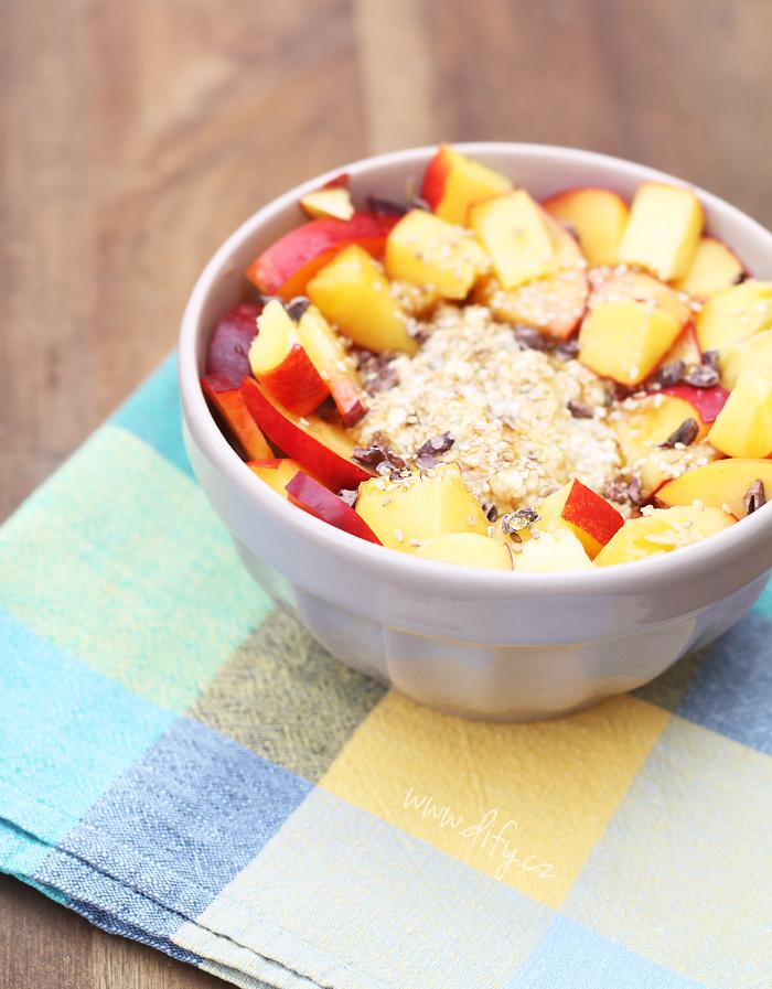 Overnight oatmeal s nektarinkou a sezamem