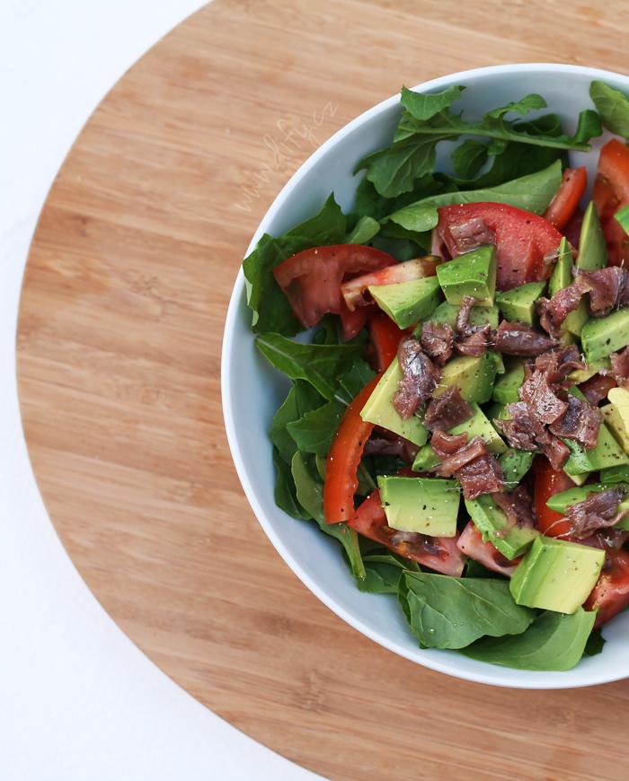 Rukolový salát s avokádem, rajčetem a ančovičkami