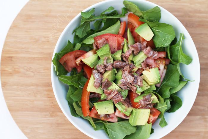 Rukolový salát s avokádem a ančovičkami