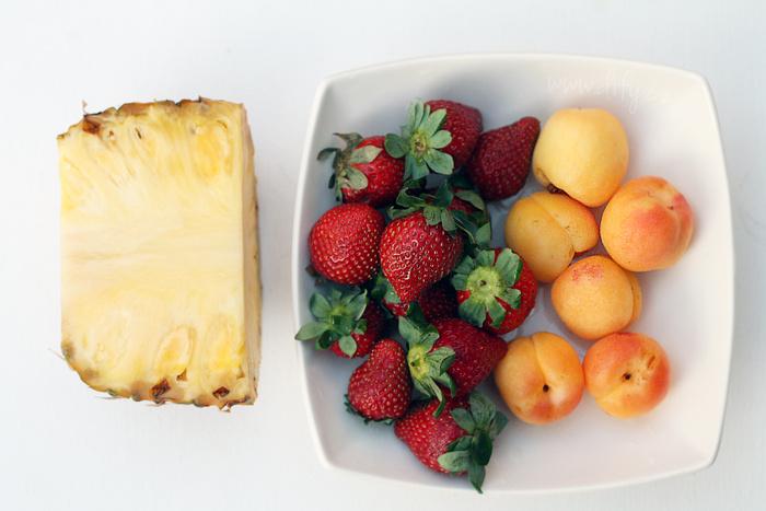 Salát z jahod, meruněk a ananasu s tvarohem