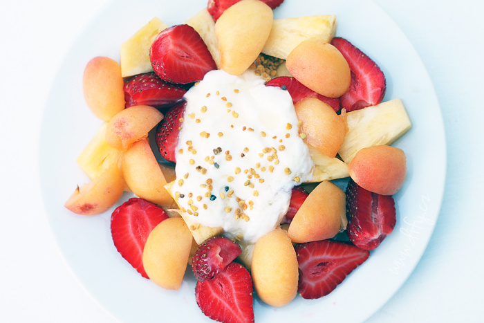 Jahody, meruňky a ananas s tvarohem a medem