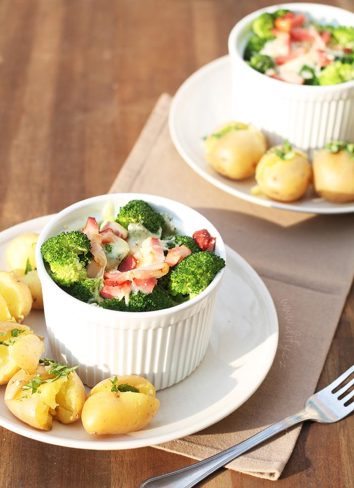 Zapečená brokolicová miska s brambory s bazalkou