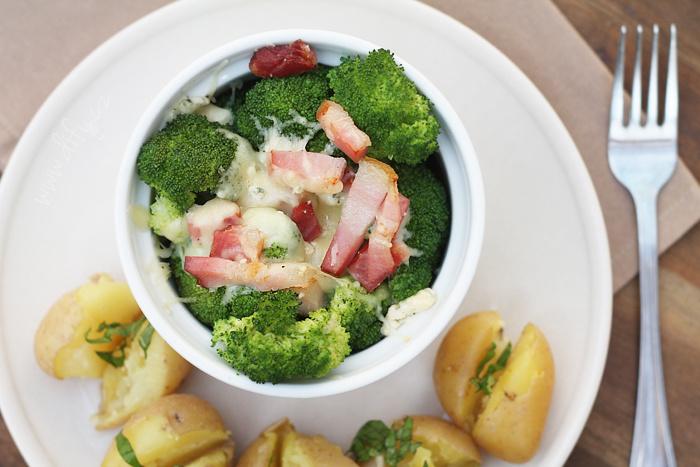 Zapečená brokolice se třemi druhy sýra a slaninou
