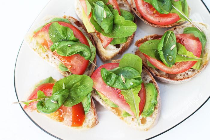 Zdravé domácí chlebíčky s avokádem, rajčetem, rukolou a bazalkou