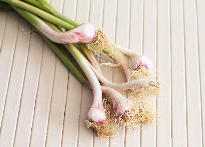 Čerstvý jemný česnek