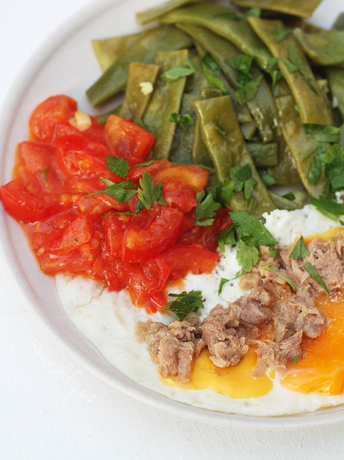 Vaječná omeleta s tuňákem a fazolkami na másle