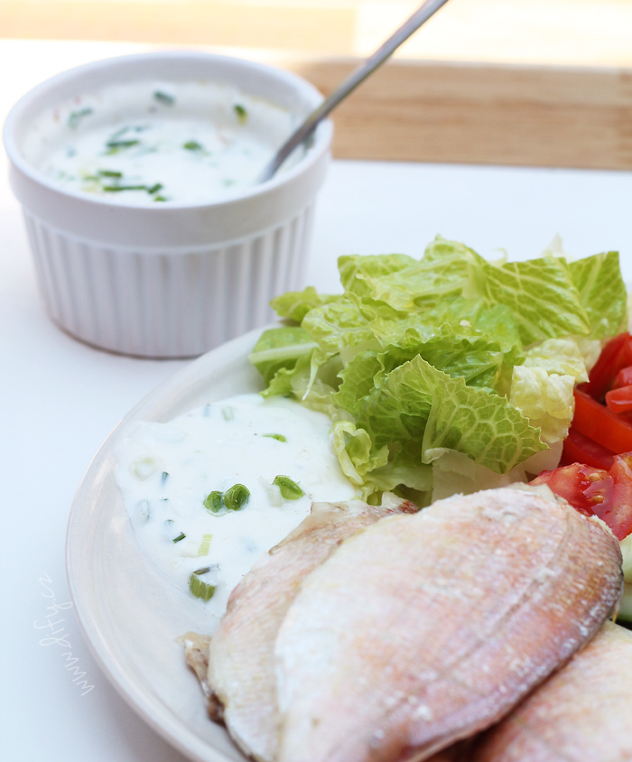 Snadná jogurtová omáčka s pažitkou k rybě nebo masu