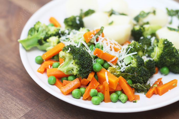 Brokolicovo mrkvová směs s hráškem a bazalkovým olejem