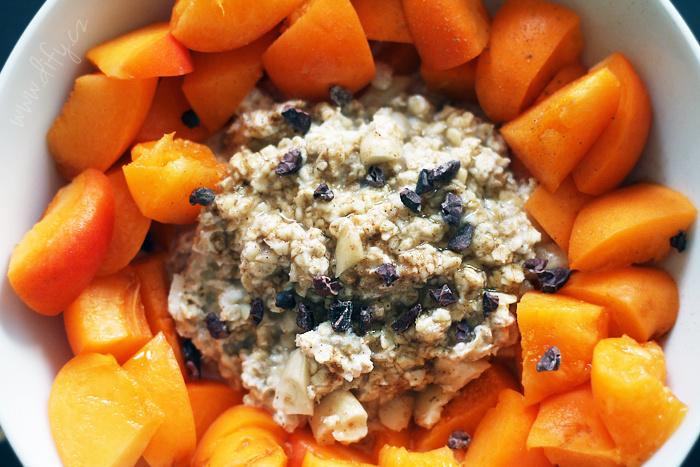 Studená ovesná kaše s mandlemi, skořicí a meruňkami