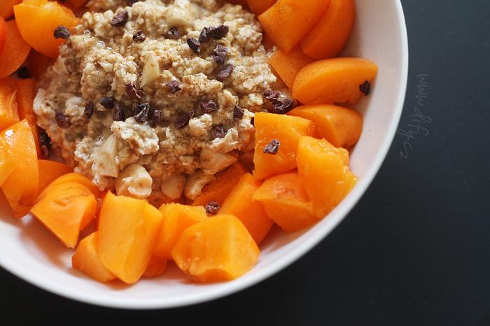 Overnight oat s mandlemi, skořicí a meruňkami