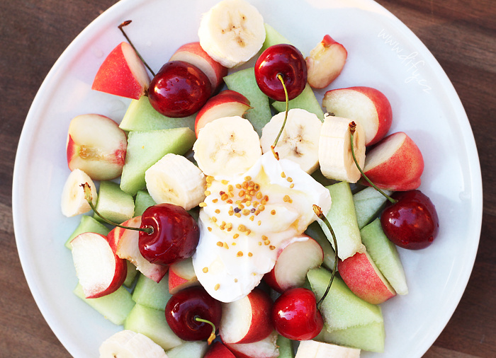 Ovoce s kysanou smetanou, medem, kokosovým olejem a pylem