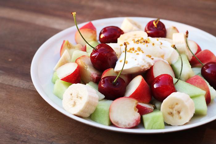 Rychlý ovocný salátek s kysanou smetanou