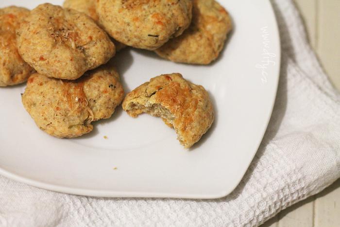 Celozrnné sýrové sušenky s bylinkami