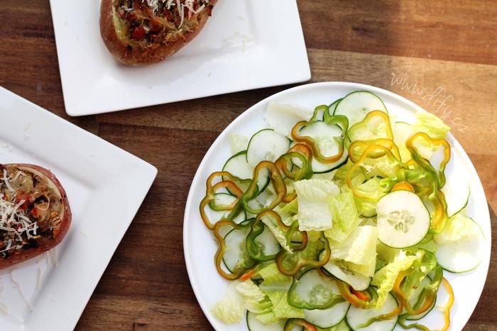 Jednoduchá zeleninová příloha ze salátu, okurky a papriky