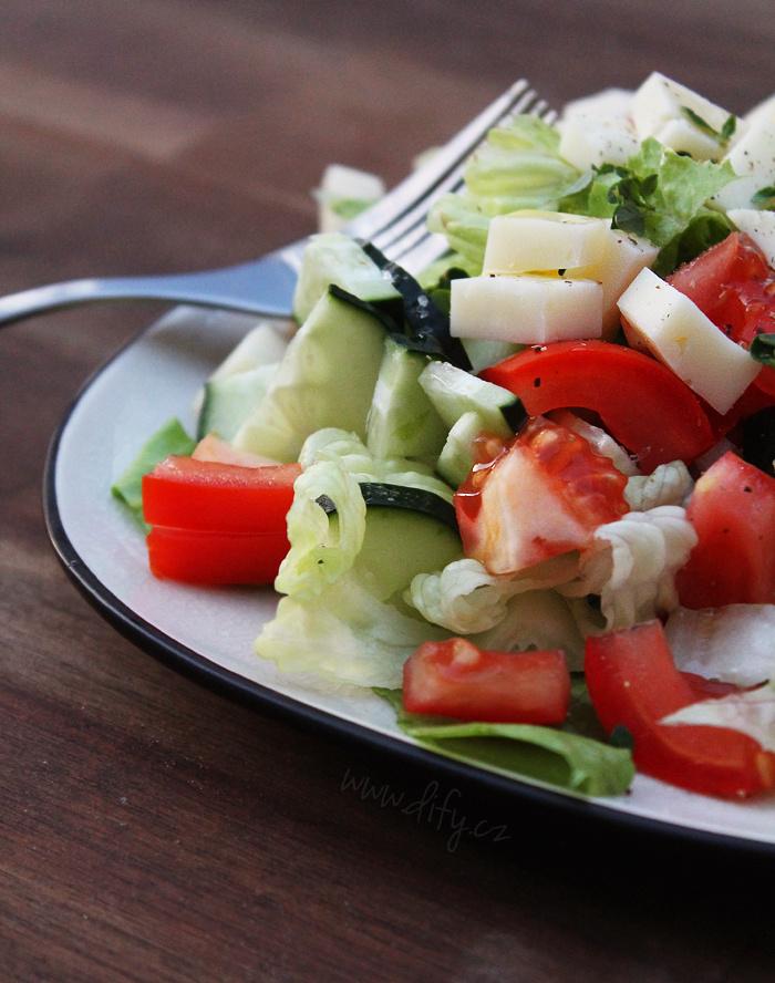 Jednoduchý zeleninový salát se sýrem