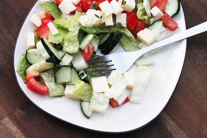Jednoduchý zeleninový salát se sýrem a oreganem