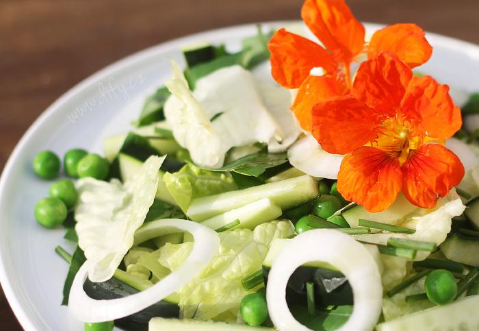 Recept na zelený salátek s listy řeřichy a pažitkou