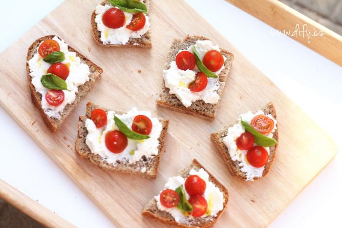 Chlebíčky s ricottou a třešňovými rajčátky