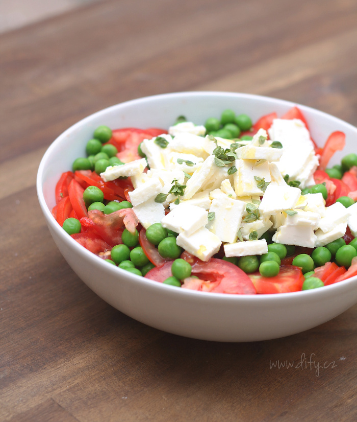 Hráškový salát s rajčetem, fetou a oreganem