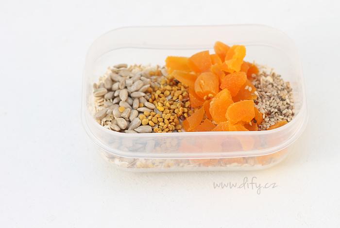 Ovesné vločky se semínky, sušenými meruňkami a dalšími superpotravinami