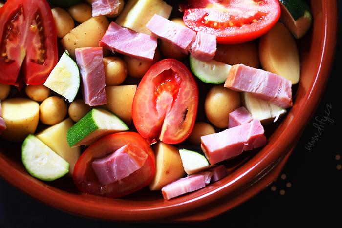 Příprava pečených rajčat s malými brambory, cuketkou a slaninou