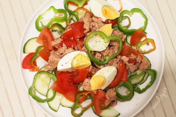 Rychlý zeleninový salát s vajíčkem a tuňákem