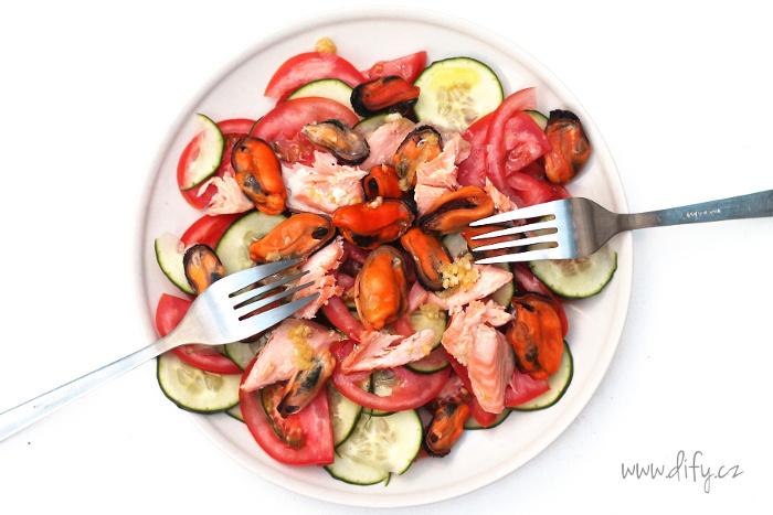 Zeleninový salát s mušlemi a lososem