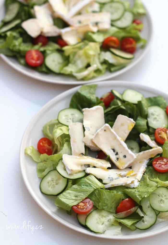 Zeleninový salát s modrým plísňovým sýrem a medovou zálivkou