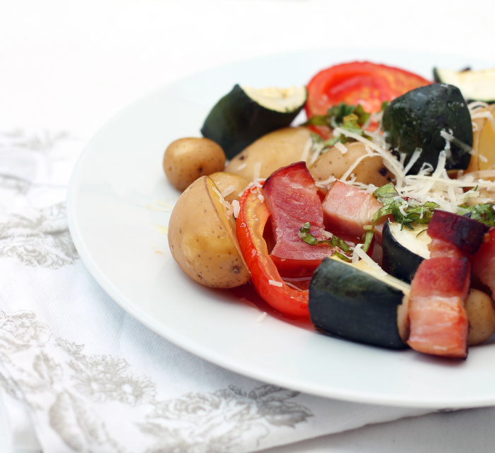 Pečená rajčata s cuketou a brambůrkem s bylinkovým olejem a parmezánem