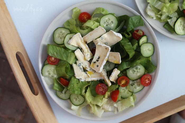 Sytý salát s modrým sýrem a medovou zálivkou