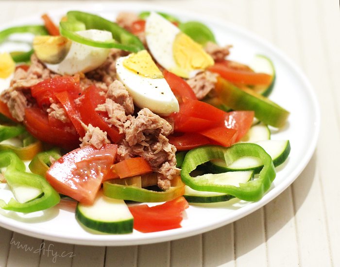 Sytý zeleninový salát s tuňákem a vejcem