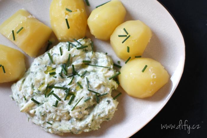 Brambory s okurkovým sýrem a pažitkou