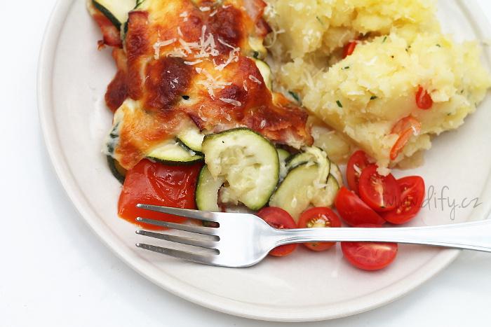 Šťavnatý cuketovo rajčatový nákyp s mozzarellou a parmezánem
