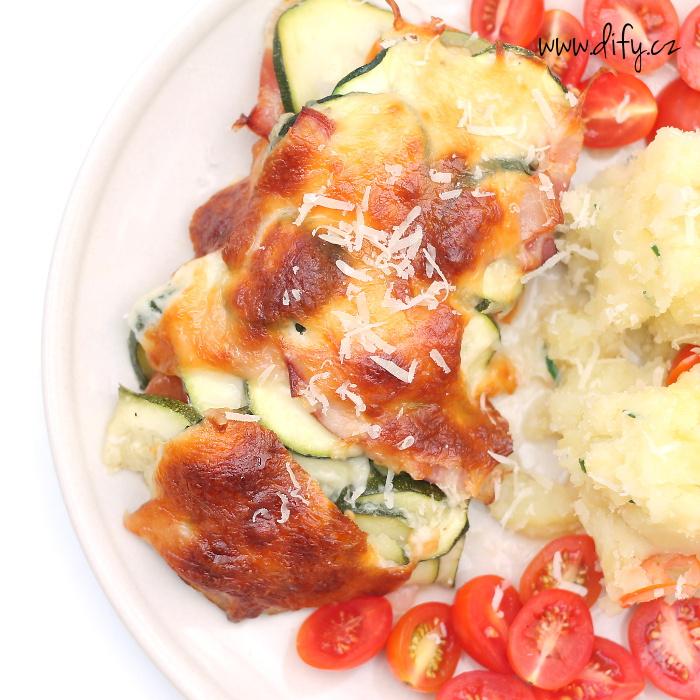 Cuketovo rajčatový nákyp s mozzarellou a parmezánem