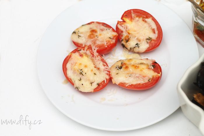 Pečená rajčata s mozzarellou, parmezánem a bylinkami