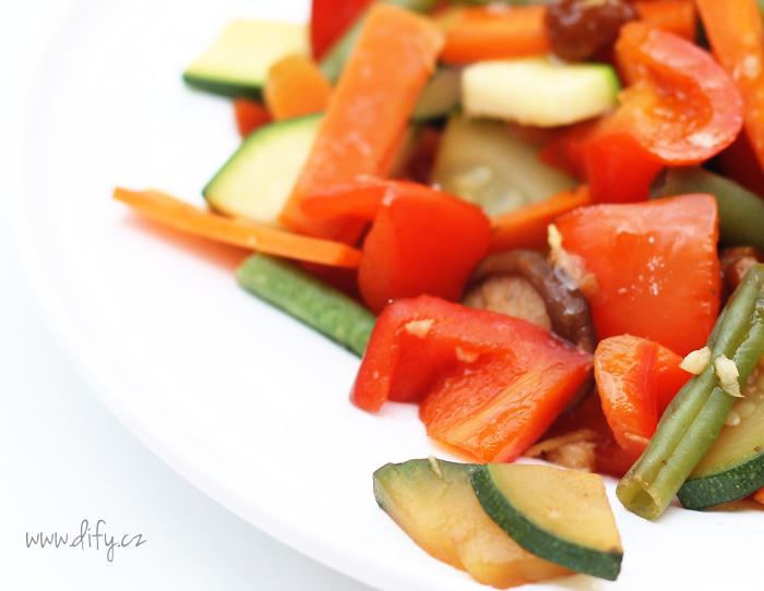 Zeleninová směs na pánvi s houbami a zázvorem