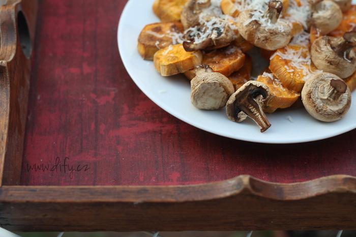 Pečené sladké brambory s žampiony a parmezánem