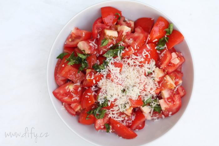 Jednoduchý salát z rajčat s bazalkou a parmezánem
