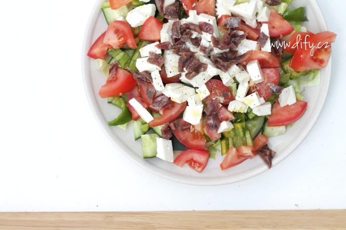 Obědový zeleninový salát s ančovičkami a sýrem