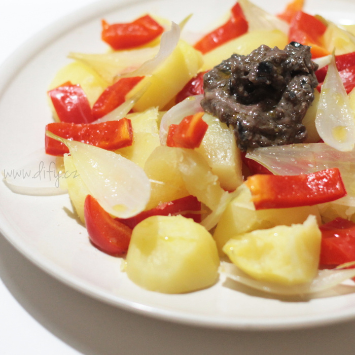 Katalánský bramborový salát s paprikou a olivovou pastou