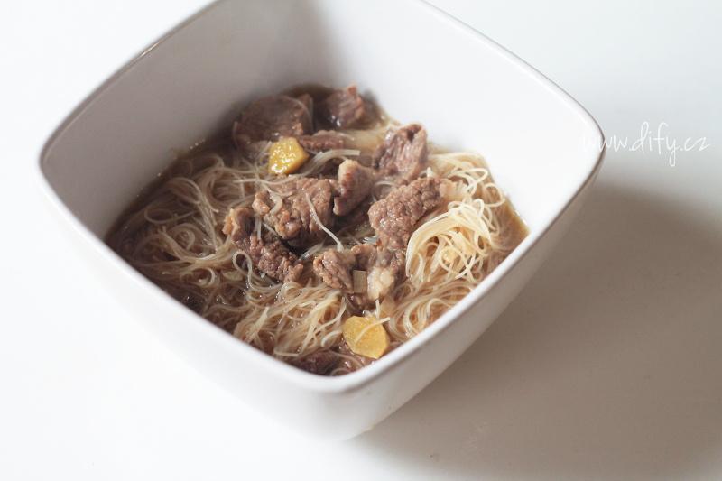 Hustá hobězí polévka s rýžovými nudlemi