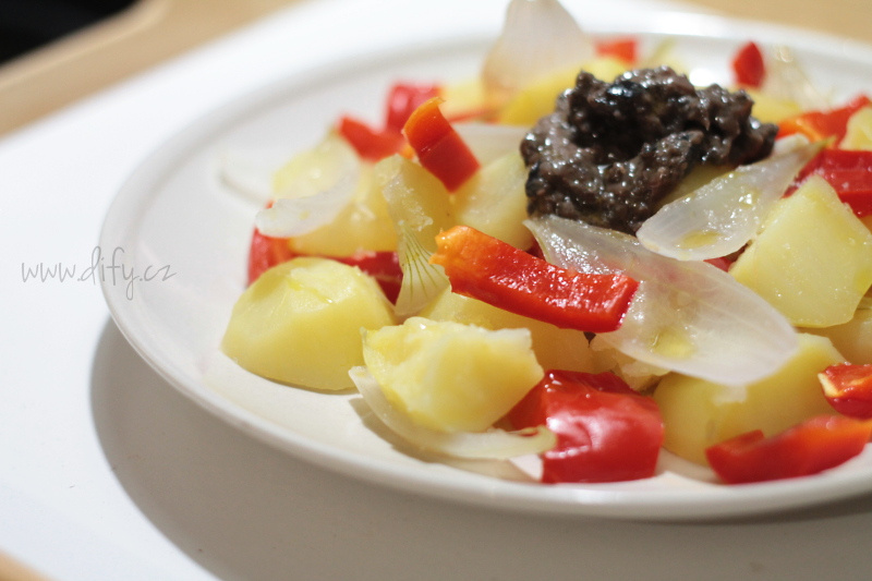 Lehký bramborový salát s čenou paprikou a cibulkou a olivovo-ančovičkovou pastou