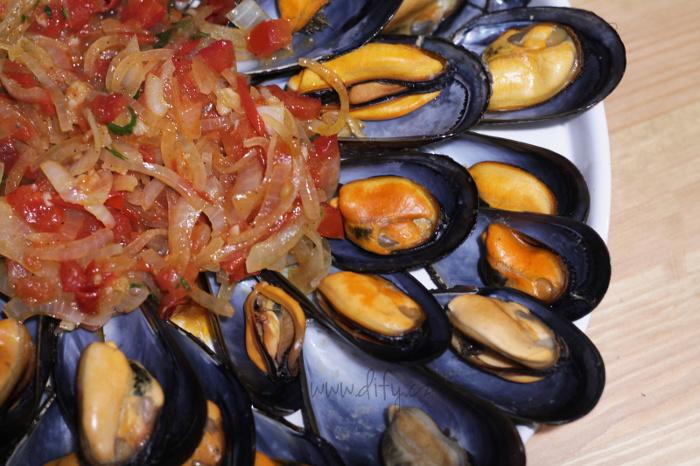 Slávky po katalánsku s cibulí a rajčetem na víně