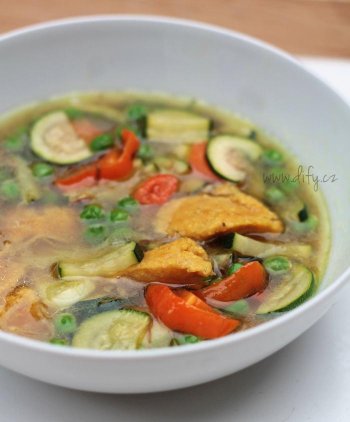 Zeleninová polévka s kukuřičnými knedlíčky s kurkumou