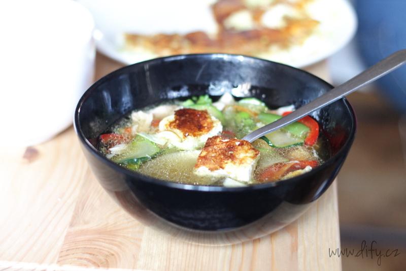 Vývar se spoustou zeleniny a pórkovou omeletou